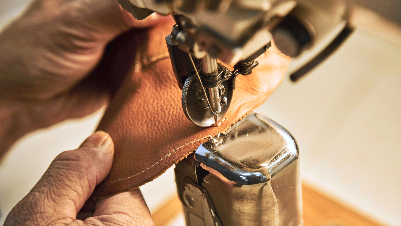 Lederverarbeitung mit Nähmaschine
