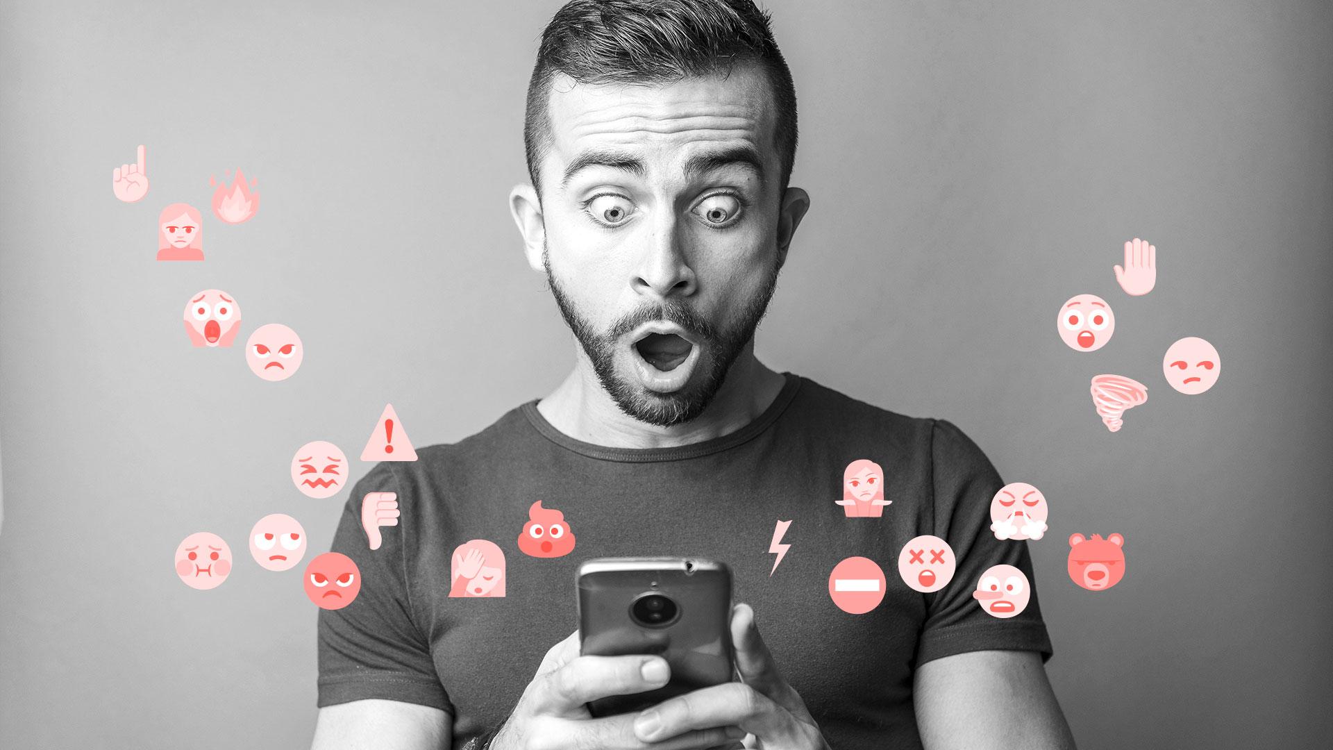 Mann überrascht mit Smartphone
